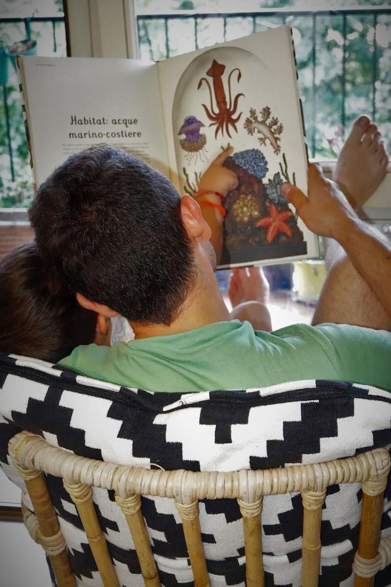 papà e figlio alle prese con letture marine di AnToLaDina