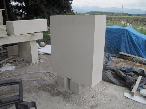 Blocs de pierre de Tervoux pour le socle et le corps de la stèle funéraire personnalisée