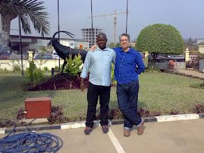 """Photo: Con Mauro e a estátua do """"palanca negra"""". Mauro levounos ás embaixadas e a restaurante que facturan o que comes """"ao peso""""."""