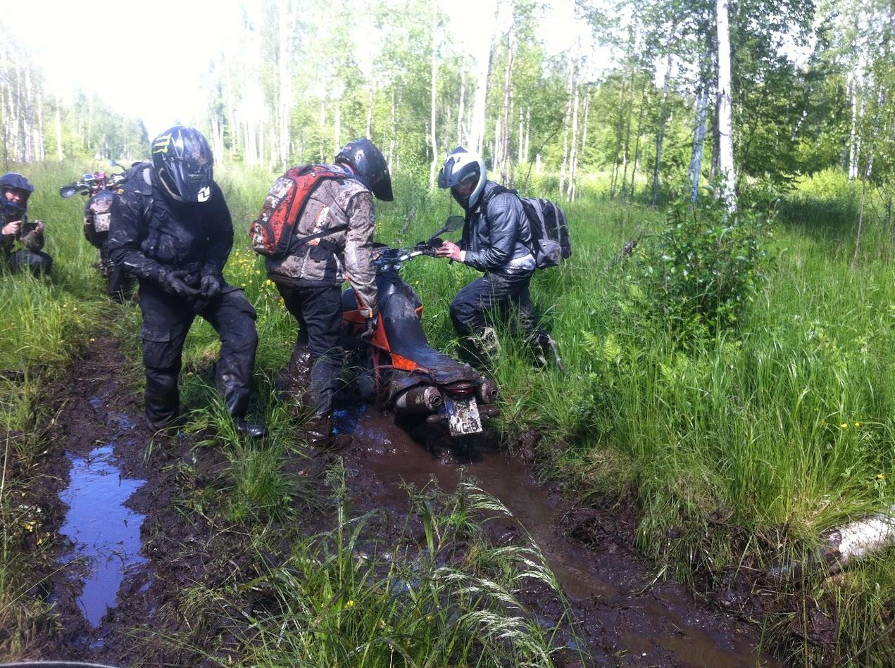 Tief eingegraben mit der KTM SE 950 im russchischem Gelände