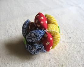 Photo: Чтобы собрать наши «цветочки» в мячик, начинаем пришивать мешочки третьего цвета. Сначала пришиваем два мешочка между «лепестками» двух «цветов»…?Затем пришиваем остальные по одному , формируя мячик.