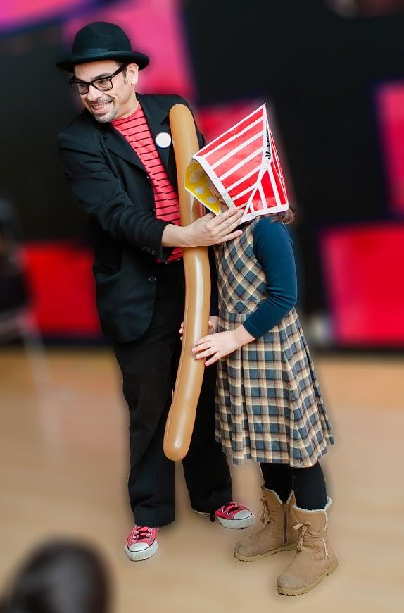 Mago-Alfonso-V-con-niña-escenario