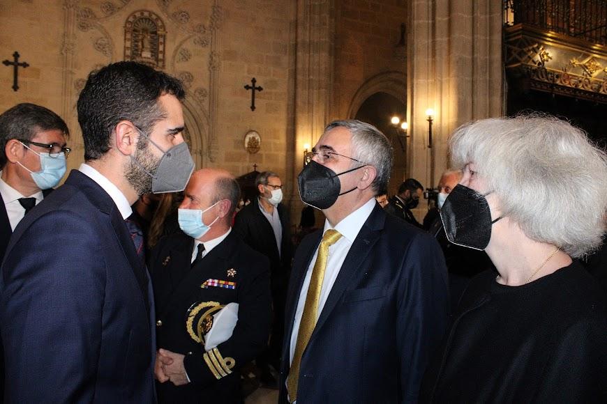 El alcalde saludando al hermano del nuevo obispo, Manuel Gómez; y su esposa, Carmen.