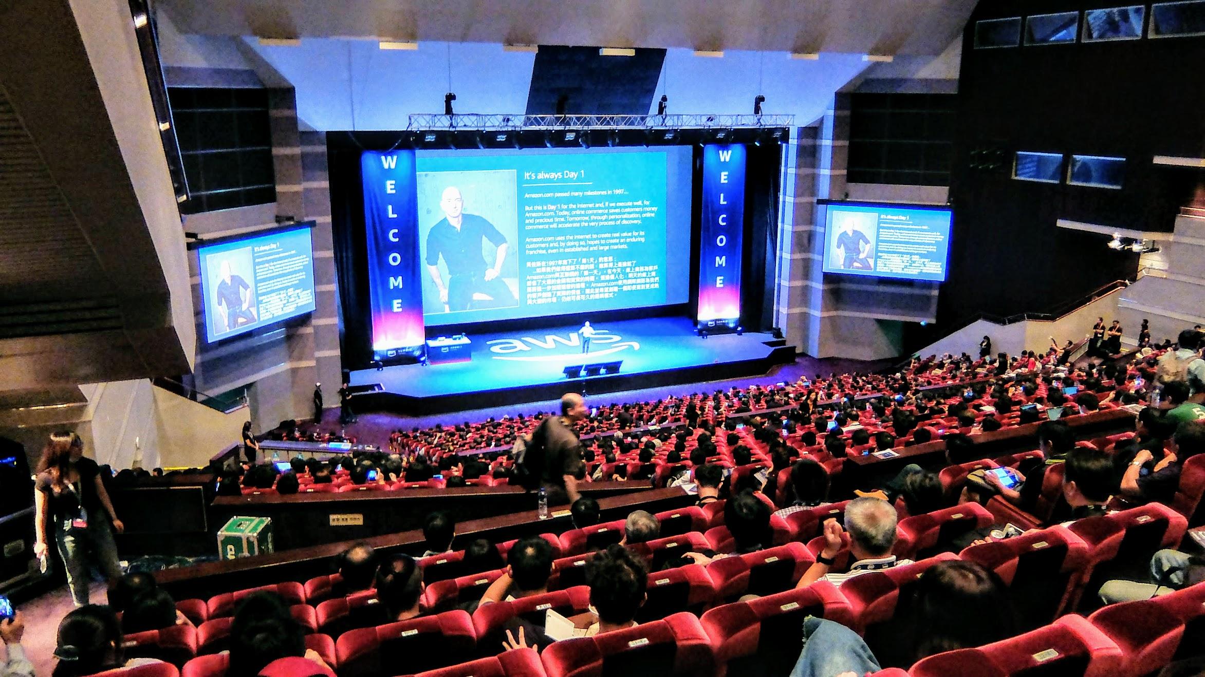 第二天的議場,大廳又舒服! 許多講者是全英文的,還好都聽得懂XD