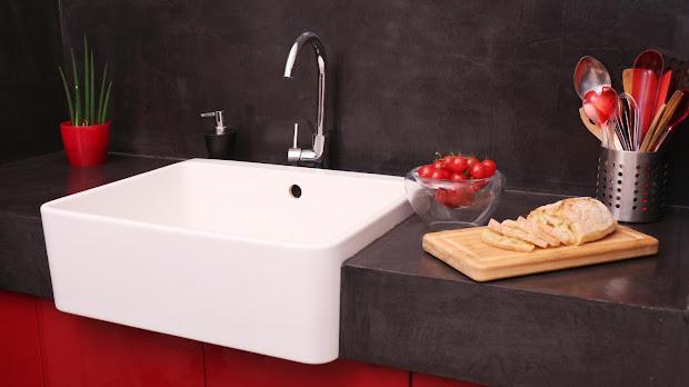 Le béton ciré est un revêtement qui résiste à l'eau grâce à son traitement hydrofuge