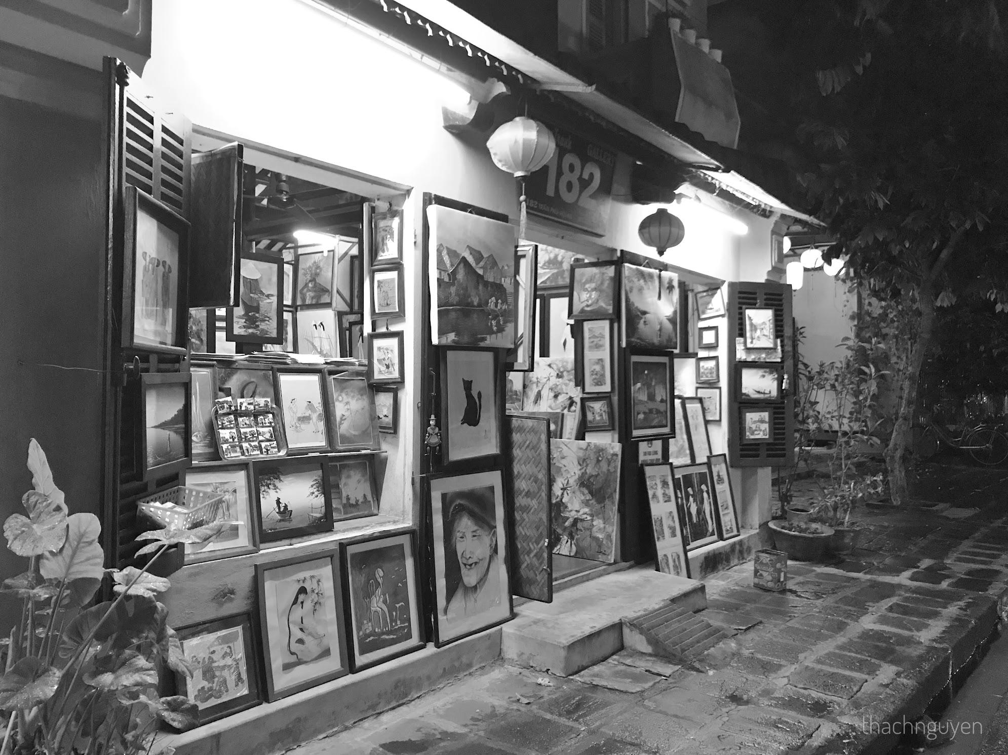 cửa hàng trên phố đi bộ hội an