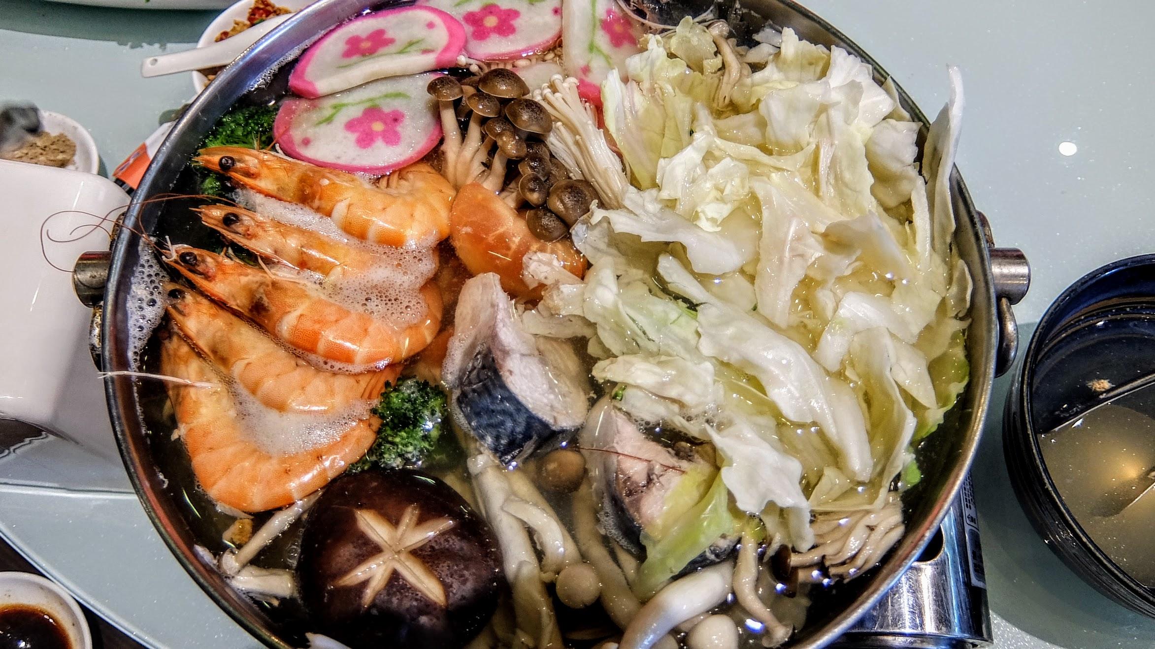有海鮮也有各種蔬菜...