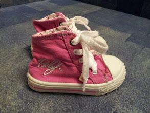 Photo: Кедики BabyK.Производитель фабричный Китай.Цвет розовый, на шнурках, подошва гибкая, лёгкие и удобные. Верх и задник мягкие, подошва сплошная гибкая резина, носок резина, стелька в пятке с супинатором.Размер 5 1/2, длина по стельке 13,5см. Состояние б/у хорошее,стелька чистая,есть незначительные изменения цвета резинового носка. Носили их мало, ножка летом не потела.Ньюанс -после стирки на внешней и внутреней стороне вокруг пистон остались следы рыжего цвета, но при носке их не видно!Цена 45грн.