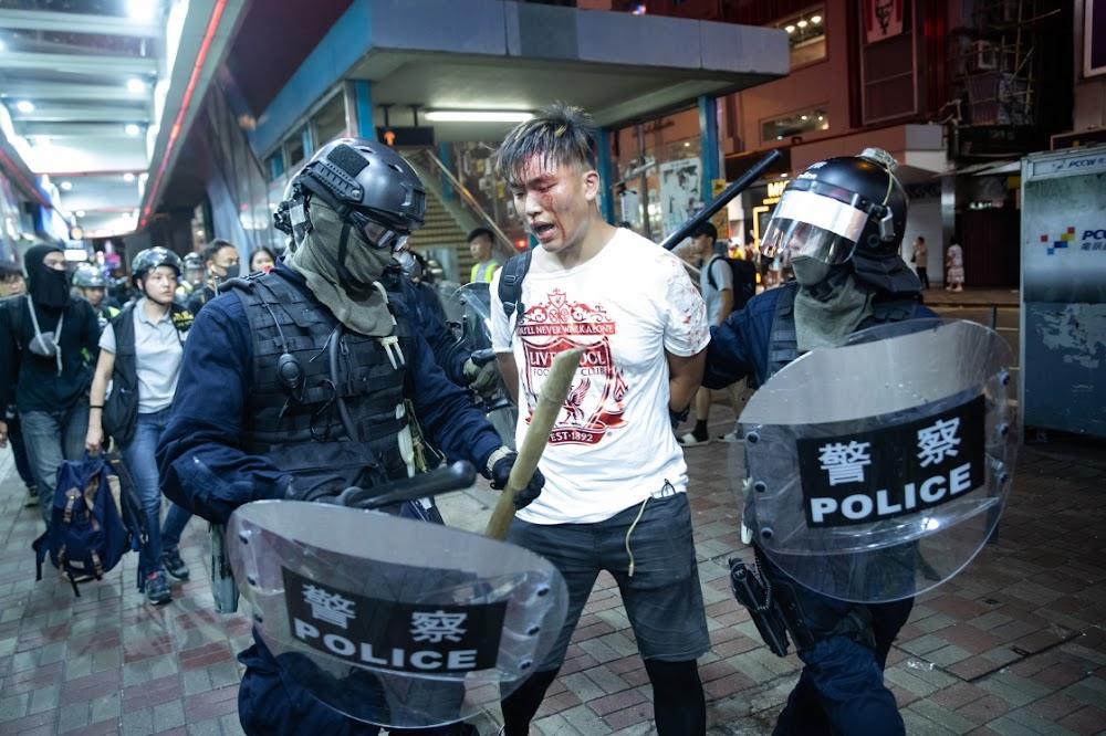 Die polisie en betogers in Hongkong verfyn gevegstaktieke