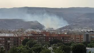 Desde diferentes puntos de la capital se percibe la densa columna de humo.