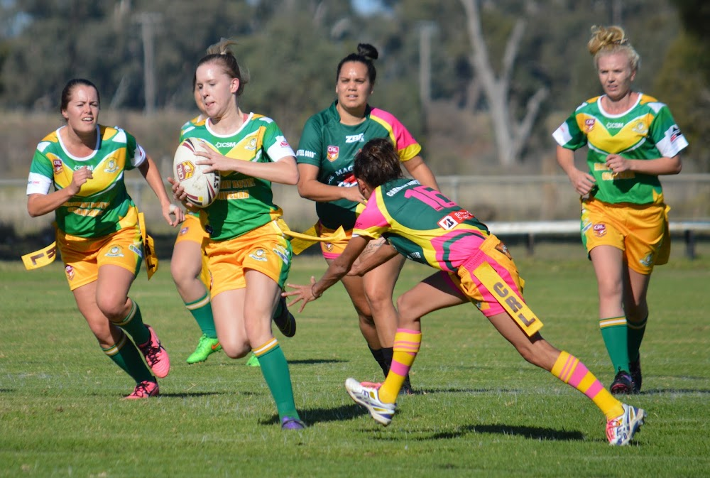 League tag's Sophie Hendrie runs through a gap in the Bendemeer defence. Photo from Sue Haire