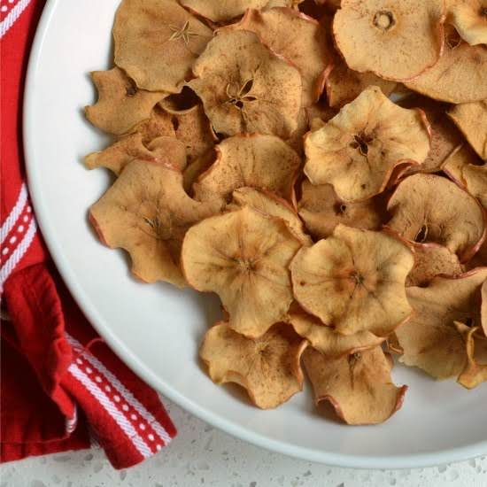A Super Easy Healthy Baked Apple Chip Recipe That Takes Just Minutes To Prep, Tastes Delicious And Makes Your House Smell Fabulous.