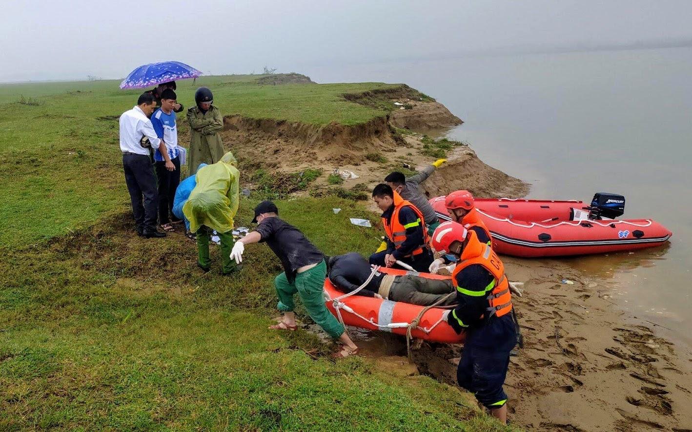 Đến khoảng 11h30p, thi thể nam thanh niên được tìm thấy tại khu vực bãi bồi xã Xuân Giang, huyện Nghi Xuân.
