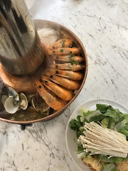 酸菜白肉鍋用料實在 對豆沙鍋餅期待值太高覺得普普 但蝦仁蛋炒飯非常合胃口 下次去還會再點