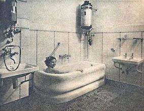 Photo: ...a fürdőszoba me-leg vizének készítésére pedig a nagy vízmelegí-tőket (fali fürdőkályhák) rendszeresítette a gázüzem vezetősége. -Bojler gazowy w 1934 roku