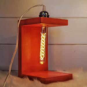 lampe béton rouge en forme de cube forme design et industrielle style loft avec son ampoule à filaments