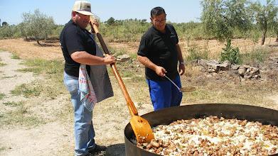 """Photo: El cuiner i el """"pinxe"""" preparen el segon plat: cassola de porc."""