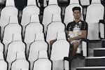 Ronaldo met beteuterde blik in de tribune tijdens laatste competitiewedstrijd Juventus, maar fleurt op wanneer hij de trofee mag tillen