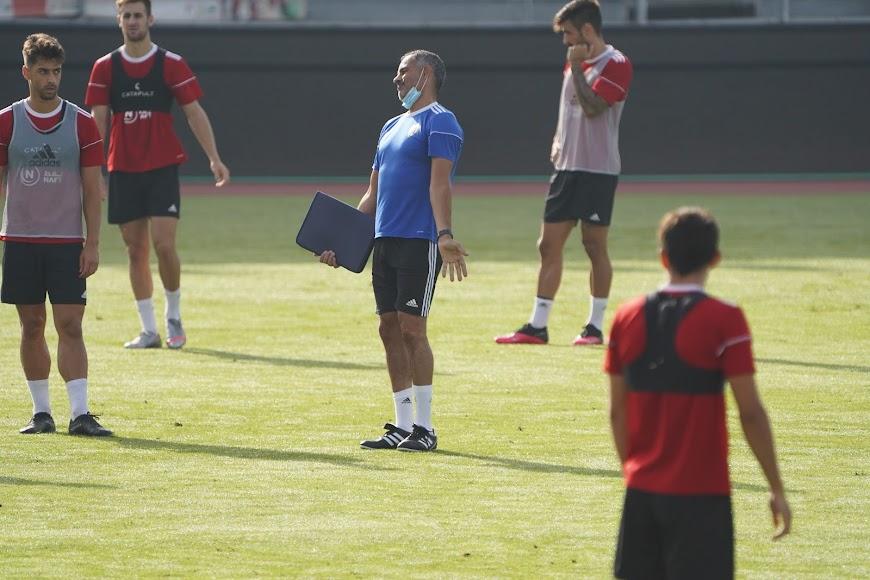César de la Hoz mira al entrenador portugués.