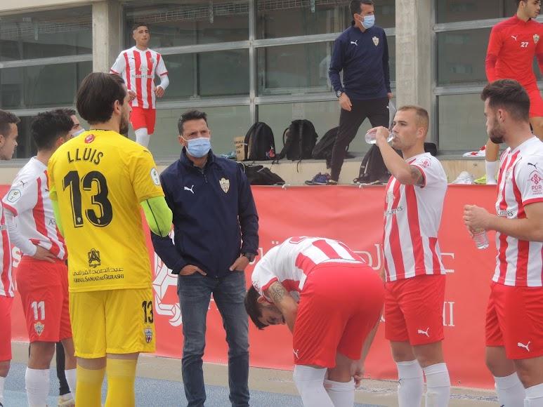 El entrenador del filial con sus jugadores.