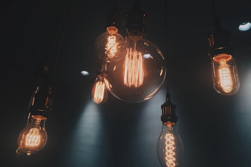 Lampy z żarówek w industrialnym stylu.