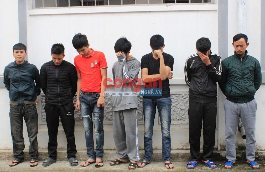 Nhóm đối tượng bị bắt giữ tại cơ quan Công an