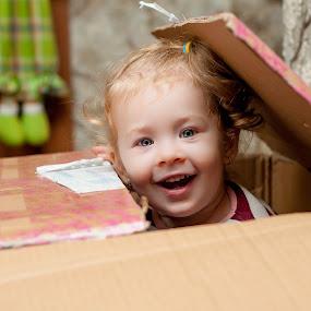 hide&seek by Iana Udrea - Babies & Children Child Portraits ( child, hide, portret, box, seek )
