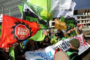 Domonstrationsbanner gegen die Kohleverstromung vom 1. Dezember 2018 in Köln. Demonstranten verständigen sich darüber, ihr seitenverkehrtes Banner «Kohle Stoppen! Klimaschutz jetzt!» richtig zu drehen.