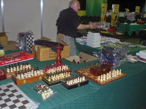 Photo: Les stands s'installent, c'est un véritable village-échecs qui se crée autour de la salle de jeu