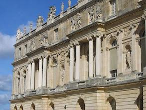 Photo: Zámek ve Versailles (francouzsky Château de Versailles) je zámek ve městě Versailles u Paříže, který vznikl v době vrcholu královské moci ve Francii, a symbol absolutistické monarchie. S přestávkou za vlády regenta Filipa Orleánskeho byl zámek od roku 1682 až do Francouzské revoluce (1789) sídlem královského dvora a vlády Francie. Mnohé evropské paláce se snažily být jakousi kopií Versailles (Petrodvorec, Schönbrunn, Eszterháza a pod.). V roce 1979 byl zámek s parkem zapsán na Seznam světového dědictví UNESCO.