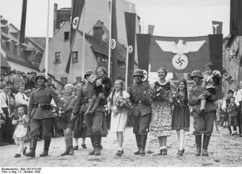 Фото из Википедии, на котором немецкие фашисты прогуливаются с радостными немками из Судетской области Чехословакии в 1938 году