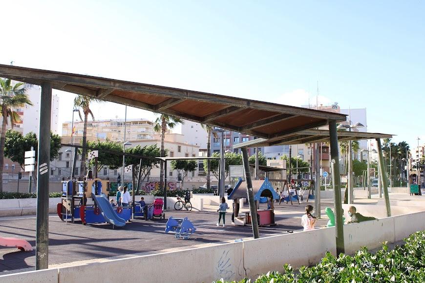Avenida Federico García Lorca, con niños disfrutando del Parque Infantil.