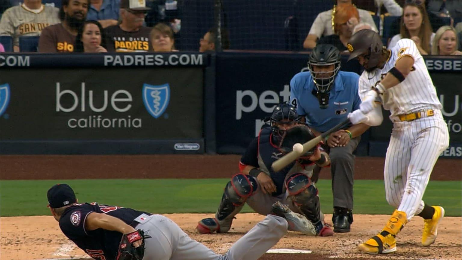 Un jugador de béisbol con espectadores  Descripción generada automáticamente