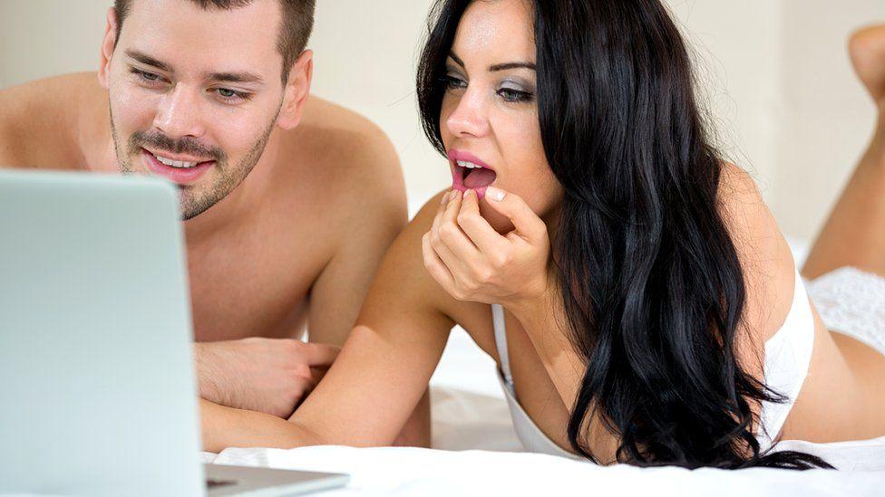 Те, кто смотрит порно с партнером, испытывают больше удовлетворения - в том числе сексуального - от своих отношений