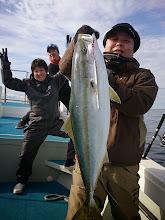 Photo: やりました!初青物! 仲間も釣った人以上に喜んでます!「バンザーイ!バンザーイ!」 おめでとうございます!