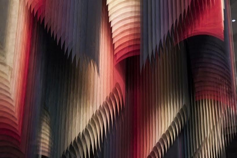 Coloridas instalaciones de pintura y conexiones en forma de malla entre un mundo analógico y digital