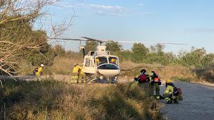 El helicóptero culmina los trabajos y se prepara para retirarse