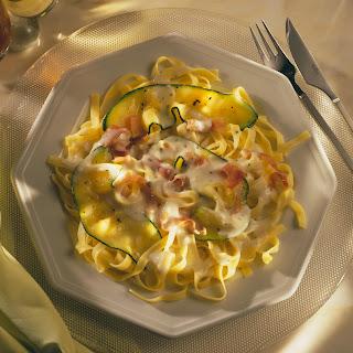 Käse-Sauce Quattro Formaggi auf Zucchini-Bandnudeln