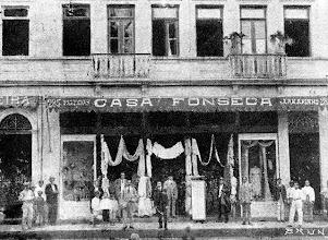 Photo: Casa Fonseca, especializada em venda de fazendas e artigos de vestuário feminino. Localizava-se na Rua do Imperador. Provavelmente foto da década de 1920