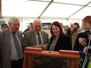 Photo: Tom Canning, Joe Thompson, The Minister of Agriculture, Michelle Gildernew with her son. Joe Thompson, owner and demonstrator of the observation hive explains the hive's contents to The minister and family.
