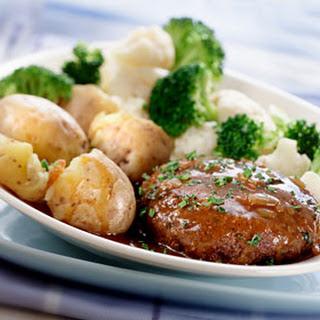 Kruidenburger Met Vleesjus Met Uitjes En Groentenroosjes