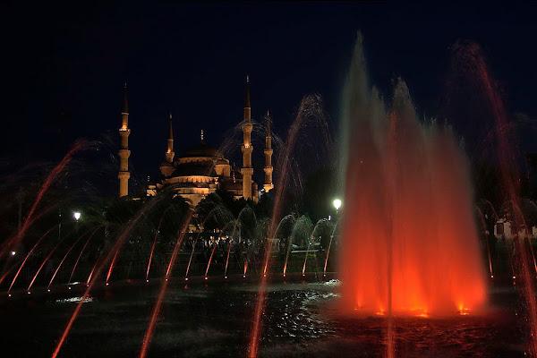 Rosso sulla moschea blu di Sergio Acerbi