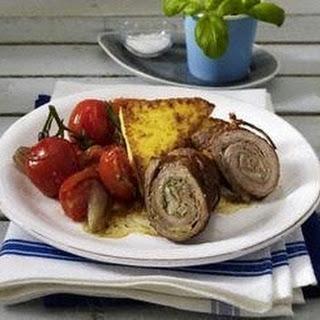Kalbsröllchen mit Schinken-Pesto-Parmesan-Füllung auf geschmortem Tomatengemüse und gebratenen Polentarauten