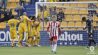 Los futbolistas del Alcorcón celebran el primer gol del equipo amarillo