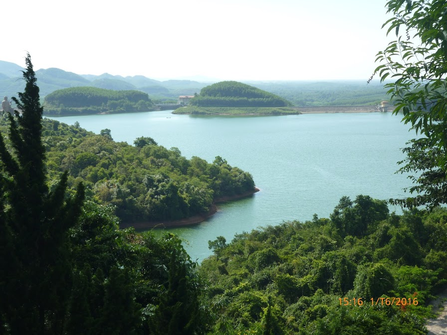 hồ Truồi nìn từ cổng thiền viện