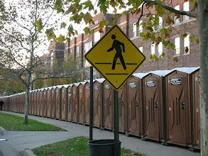 Photo: Fußgängerüberweg zum Klo, sowas gibt's wirklich nur beim New York City Marathon