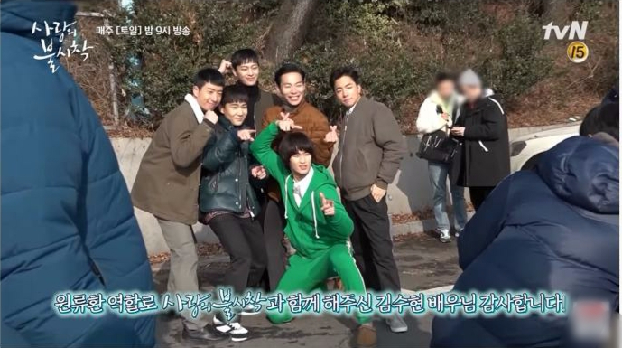 6 cảnh hậu trường ngọt cắm đầu ở Crash Landing On You: Hyun Bin si mê đến mức dính lẹo Son Ye Jin tối ngày - Ảnh 13.