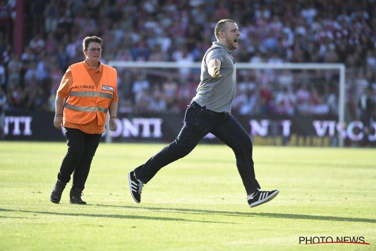 ? In beeld: paars-witte veldbestormer steelt de show na hattrick Santini, stewards krijgen maar geen vat op hem
