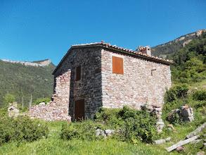 Photo: un bien joli refuge pastoral avec une jasse devant.Porter une Clef alène pour ouvrir.