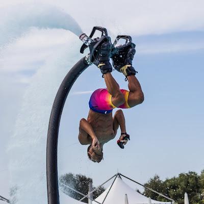 acrobata con getto d'acqua di zucco
